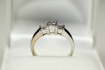 https://cf.ltkcdn.net/engagementrings/images/slide/153407-847x567r1-Ring-in-box.jpg
