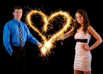 https://cf.ltkcdn.net/engagementrings/images/slide/153632-820x585r1-engagement-portait-with-sparklers.jpg