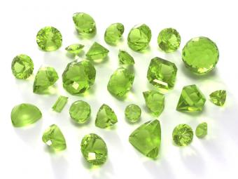 https://cf.ltkcdn.net/engagementrings/images/slide/163025-800x600-peridot.jpg