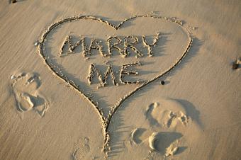 https://cf.ltkcdn.net/engagementrings/images/slide/169395-600x399-marry-me-beach.jpg