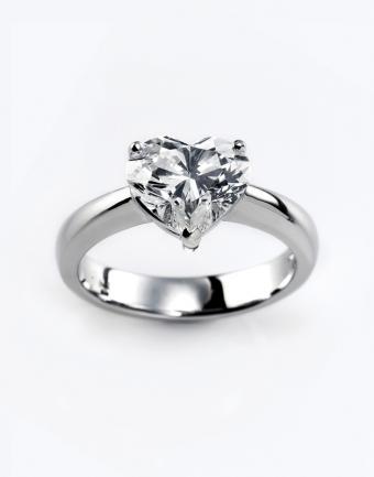 https://cf.ltkcdn.net/engagementrings/images/slide/172761-500x637-heart-shaped-diamond-ring.jpg