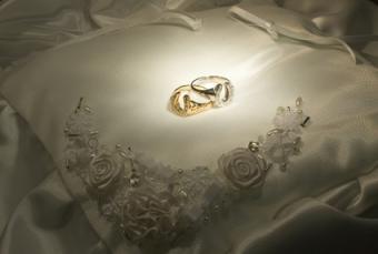 horseshoe wedding rings