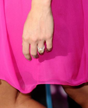 https://cf.ltkcdn.net/engagementrings/images/slide/195089-486x600-Carrie-Underwood-Ring.jpg
