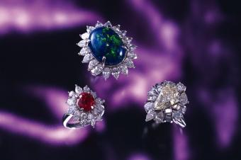 https://cf.ltkcdn.net/engagementrings/images/slide/232746-850x566-three-diamond-halo-rings.jpg