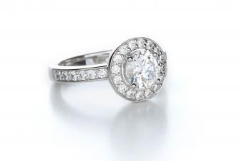 https://cf.ltkcdn.net/engagementrings/images/slide/232747-850x566-classic-diamond-halo-ring.jpg