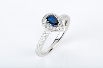 https://cf.ltkcdn.net/engagementrings/images/slide/232748-850x566-shaped-sapphire-halo-ring.jpg