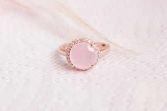 https://cf.ltkcdn.net/engagementrings/images/slide/232751-850x566-soft-pink-halo-ring.jpg