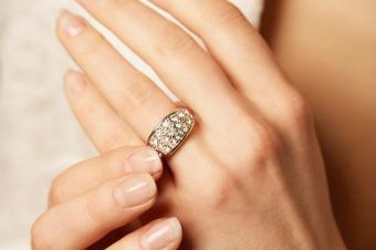 https://cf.ltkcdn.net/engagementrings/images/slide/234205-850x566-8-small-diamonds.jpg