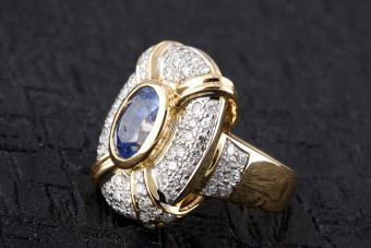 https://cf.ltkcdn.net/engagementrings/images/slide/234207-850x567-11-diamond-ring-other-gems.jpg