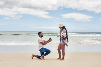 man proposing to his girlfriend at the beach
