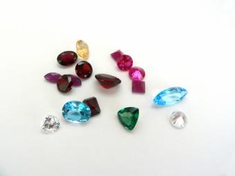 https://cf.ltkcdn.net/engagementrings/images/slide/35737-800x600-Colored_gemstone.jpg