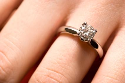 Diamond engagement ring with a solitaire mounting