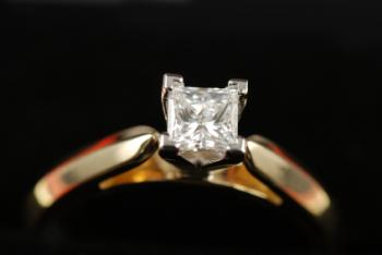 Diamond solitaire in prong setting