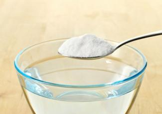 Making baking soda and hot water solution