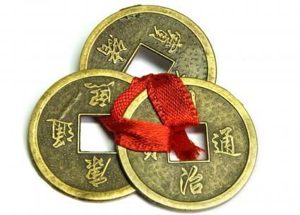 Tres monedas chinas de la buena suerte