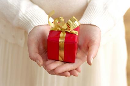 Mujer sosteniendo pequeño regalo rojo