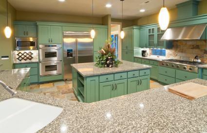 Cocina con gabinetes de color verde