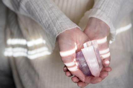 Mujer con un cristal en las manos