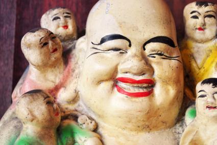 Estatua de Buda riendose con los niños