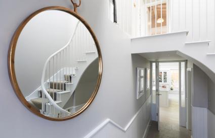 Espejo que refleja la escalera