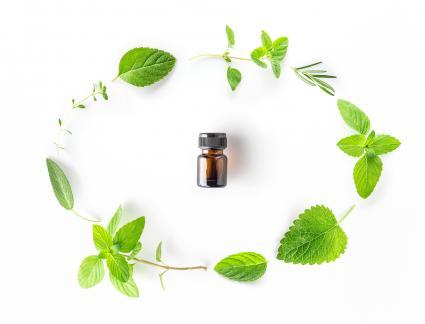 Aceite esencial con hojas de menta