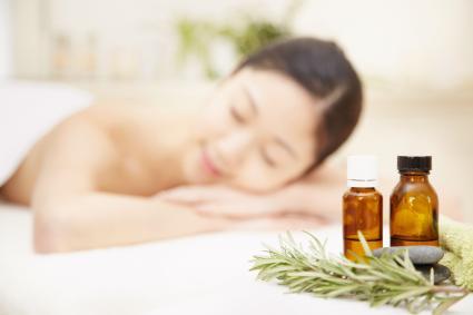 Mujer relajandose con aromaterapia