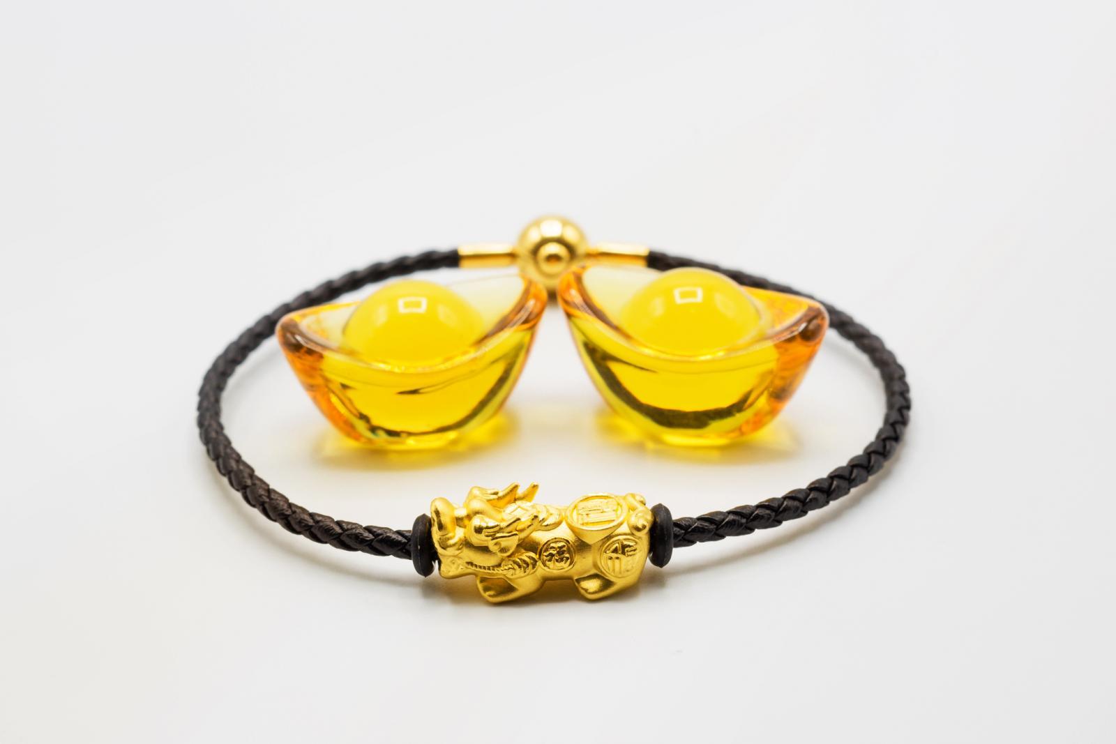 Pixiu de oro con pulsera negra