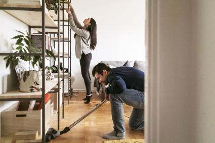 Pareja limpiando la casa