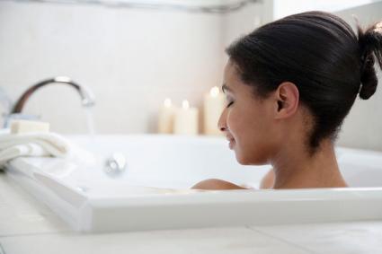 mujer relajante mientras toma un baño