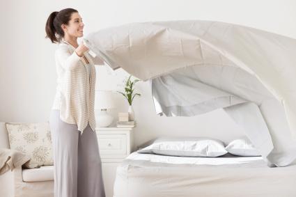 Mujer poniendo orden en el dormitorio