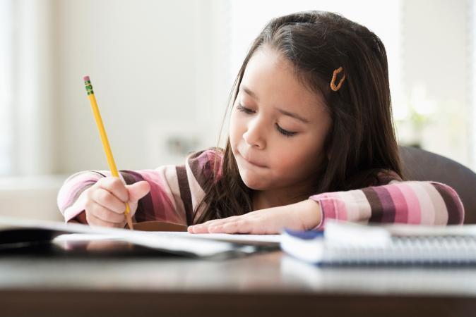 Niña de escuela primaria estudiando