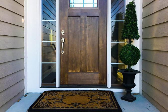 Puerta de entrada con tapete