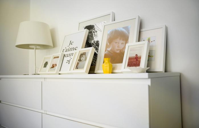 Fotografías de la familia sobre la mesa