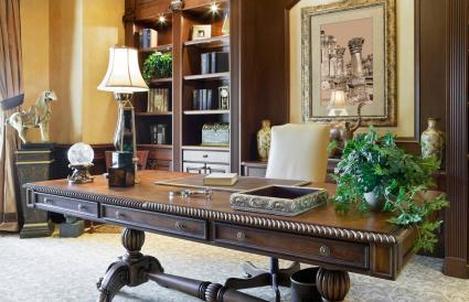 Escritorio ejecutivo en una hermosa oficina en casa