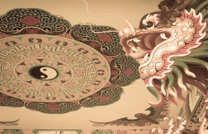 Símbolo del Yin Yang en el techo de templo chino