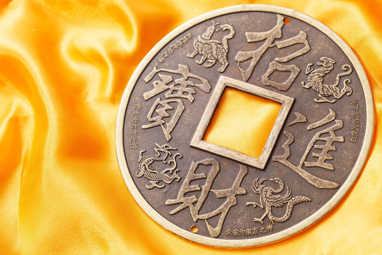 Moneda china en fondo amarillo
