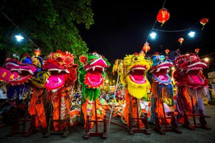 Dragones de colores distintos en el nuevo año chino