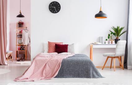 Interior de la habitación rosa con silla