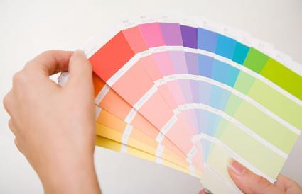Persona con cartas de colores