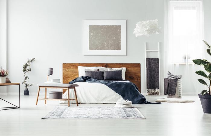 Acogedora habitación con pintura plateada