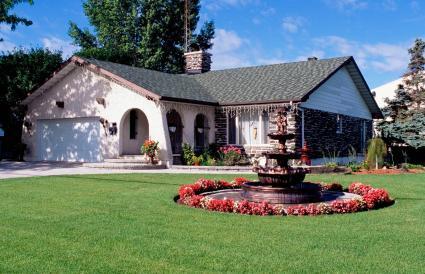 Casa con patio delantero ajardinado