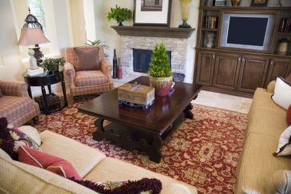 Bambú de la suerte en la mesa en la sala de estar