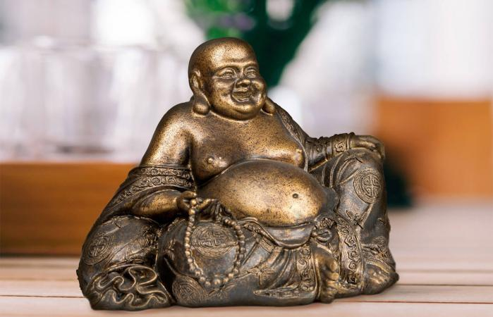 Buda sonriente sobre la mesa