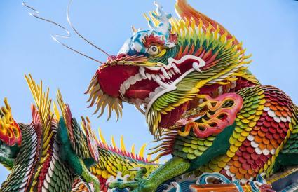 Estatua de dragón contra el cielo