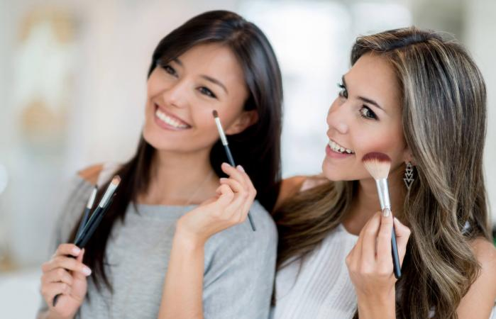 Mujeres que se maquillan