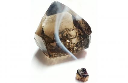 Limpieza de un cristal de cuarzo ahumado