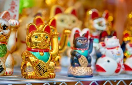 estatuas de gatos de colores