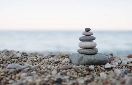 Piedras equilibradas en una playa de guijarros