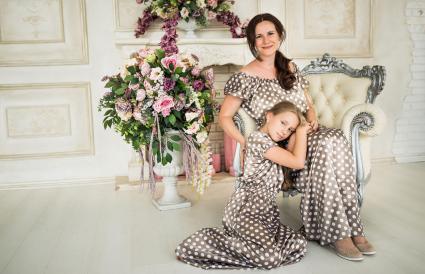 Madre e hija en el retrato de familia