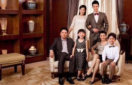 Retrato familiar sonriente en composición triangular